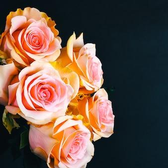 Um buquê de rosas lindas, frescas,