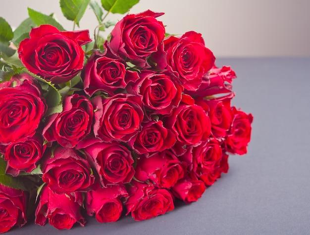 Um buquê de rosas na mesa cinza