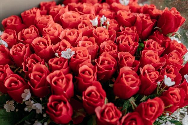 Um buquê de rosas vermelhas ao lado do sofá