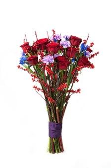 Um buquê de rosas vermelhas e flores variadas associadas a fita no fundo branco. dia dos namorados