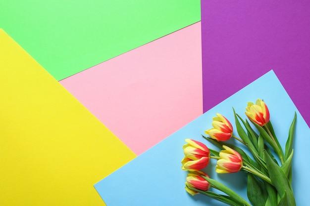Um buquê de tulipas como um presente para a decoração de páscoa do dia das mães de março.