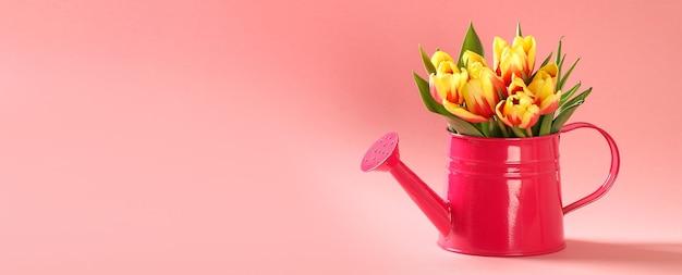 Um buquê de tulipas como um presente para março, dia das mães, dia dos namorados, decoração de páscoa