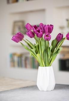 Um buquê de tulipas lilás em um vaso