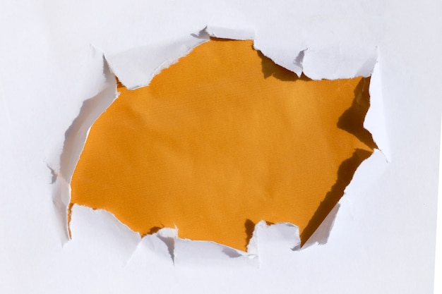 Um buraco no papel com um fundo dourado abaixo. modelo de texto em um banner.