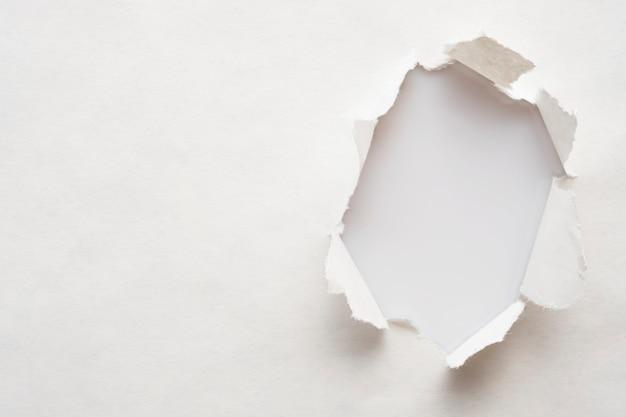 Um buraco no papel velho com as bordas arrancadas, um lugar para o texto.
