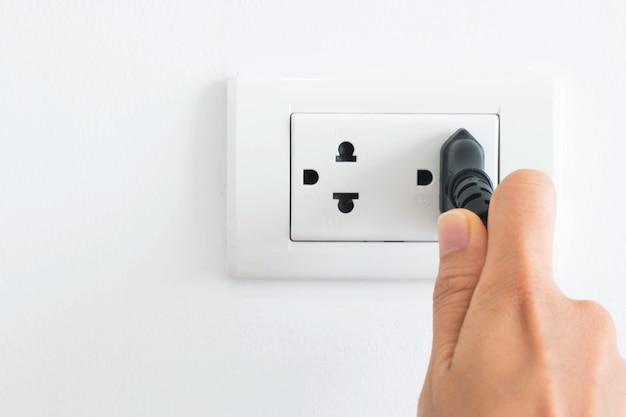 Um cabo elétrico conectado a uma tomada