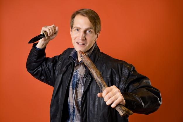 Um caçador de vampiros moderno, um cara com uma camisa casual e uma jaqueta de couro