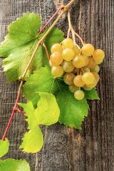 Um cacho de uvas em casa sobre uma mesa de madeira