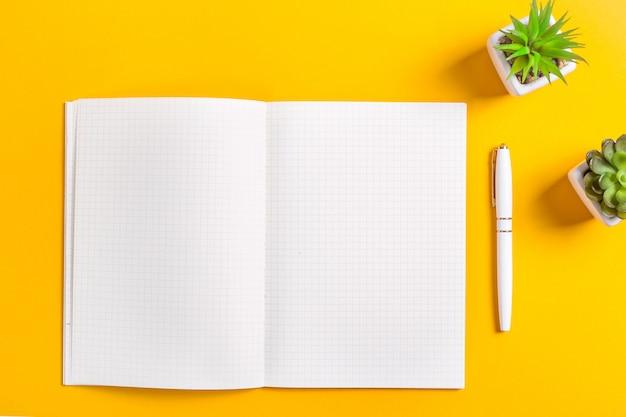 Um caderno aberto com folhas brancas limpas