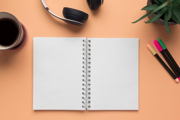 Um caderno aberto e objetos