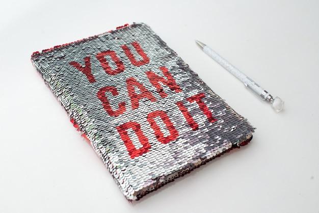 Um caderno com a inscrição vermelha - você pode fazer isso