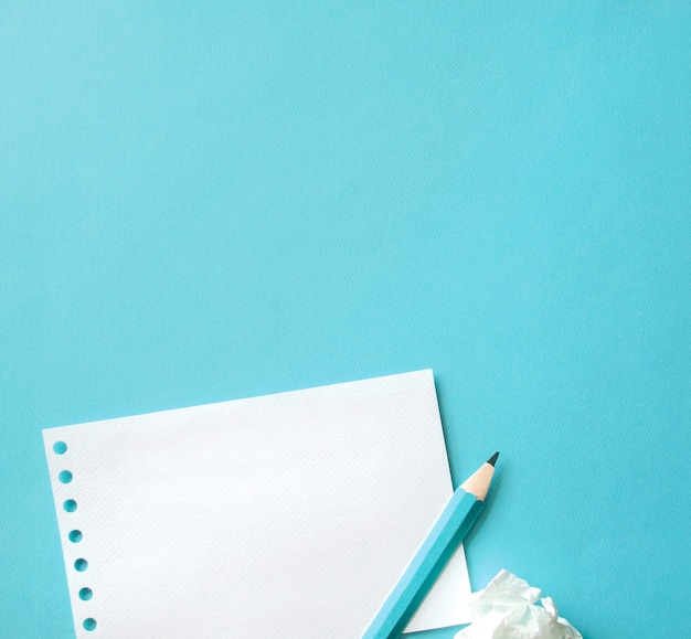 Um caderno e um lápis