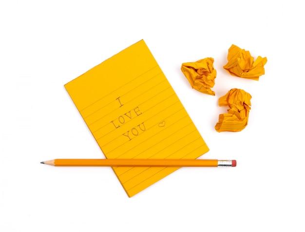 Um caderno listrado com folhas de laranja e 'eu te amo' texto