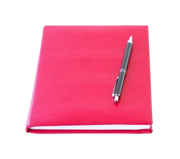 Um caderno vermelho e uma caneta preta acima dele isolado em um fundo branco conceito de educação de volta às aulas e conceito de negócios