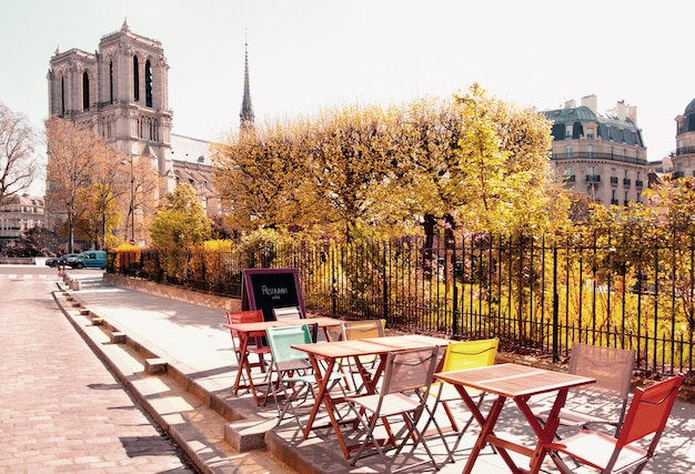 Um café ao ar livre ao lado da catedral de notre dame em paris