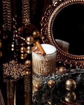 Um café com chantilly e canela