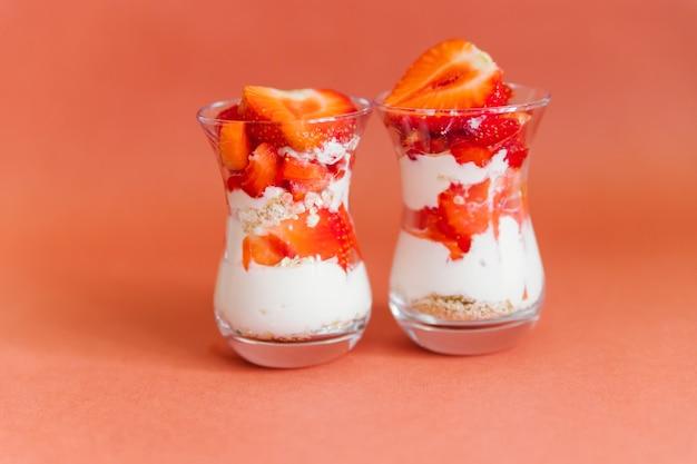 Um café da manhã saudável é preparado com frutas frescas, iogurte e muesli. prato dietético leve.