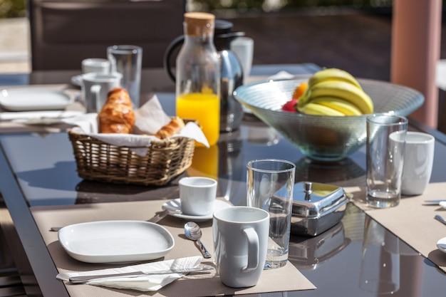 Um café da manhã saudável no quintal. no verão.