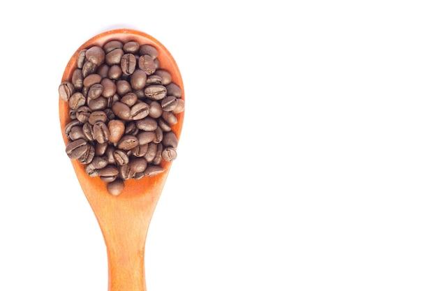 Um café em colher de pau no fundo branco