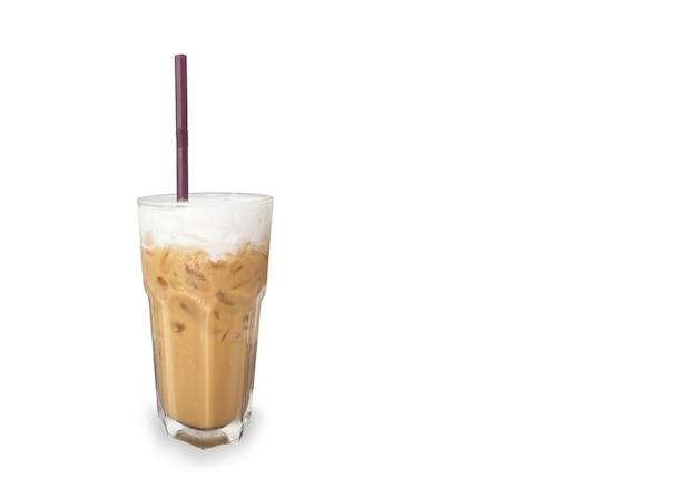 Um café gelado em vidro isolado no fundo branco.