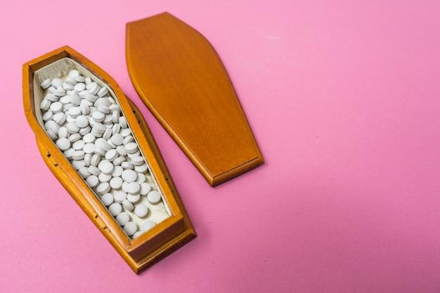 Um caixão cheio de pílulas