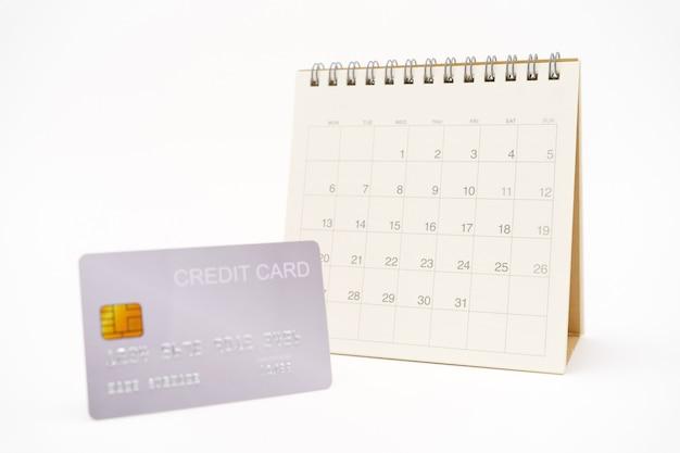 Um calendário com cartão de crédito