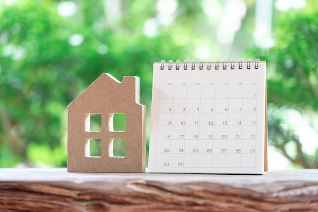 Um calendário do mês com modelo de casa modelo