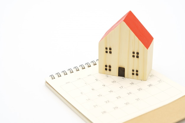 Um calendário do mês com o modelo de casa modelo. usando como conceito de negócio de fundo