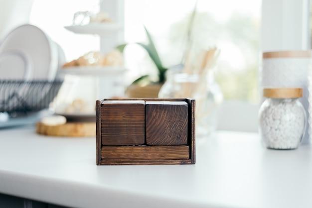 Um calendário eterno de madeira em uma cozinha. cubos quadrados. espaço livre para o logotipo, qualquer inscrição e data.