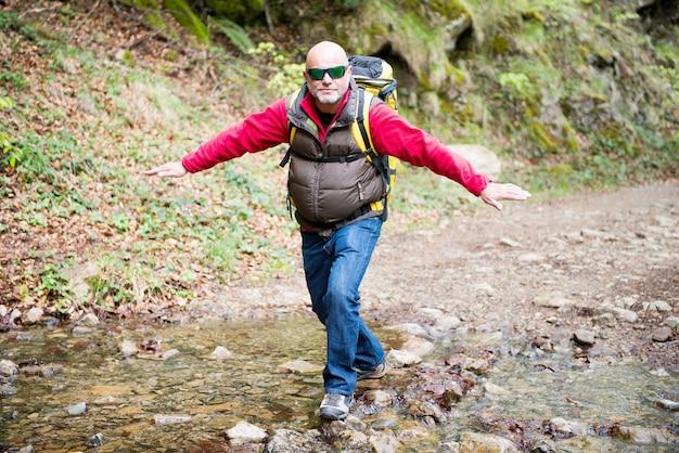 Um caminhante andando em um riacho
