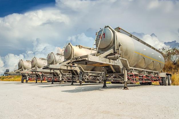 Um caminhão-tanque branco grande de combustível.