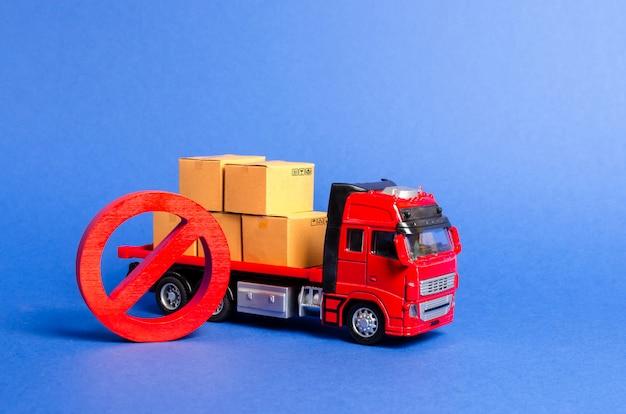 Um caminhão vermelho carregado com caixas e um sinal de parada vermelho