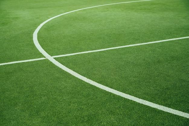 Um campo de futebol verde. um campo de grama artificial em uma escola ou parque público. campo desportivo para crianças e adultos.