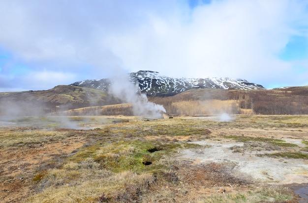 Um campo na islândia com vista panorâmica dos gêiseres