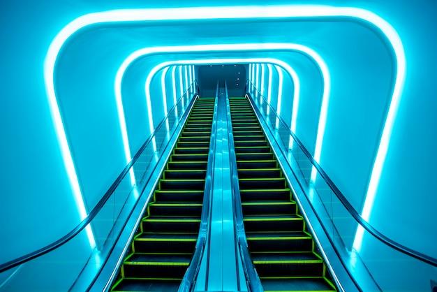 Um canal de luz azul