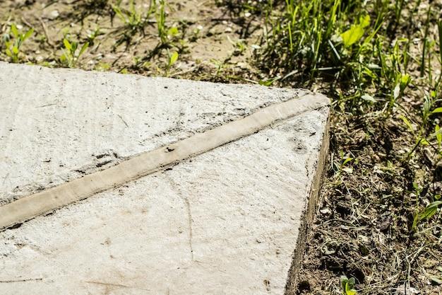 Um canto de junta de expansão de porão de concreto.
