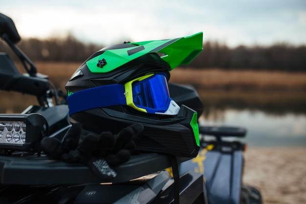Um capacete atv verde resistente
