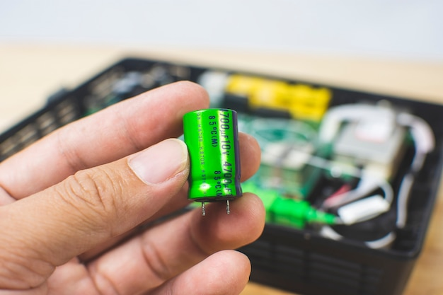 Um capacitor eletrolítico