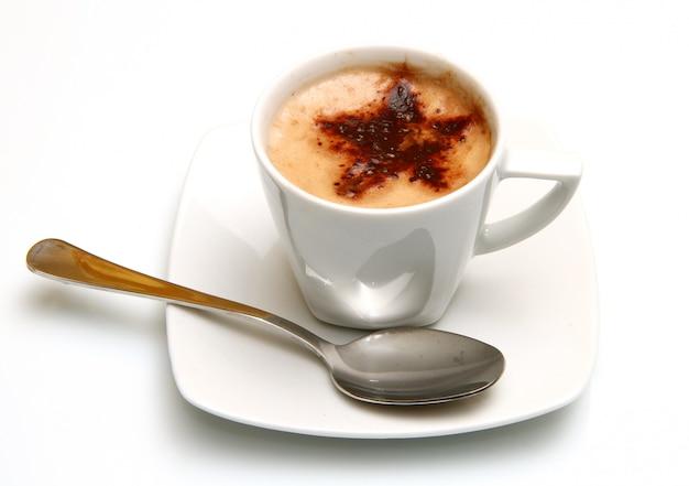 Um cappuccino na caneca branca