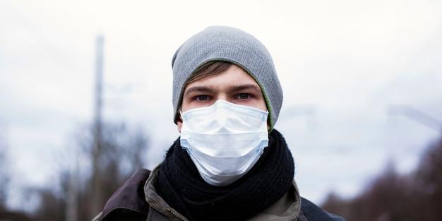 Um cara com máscara médica, coronavírus pandêmico.