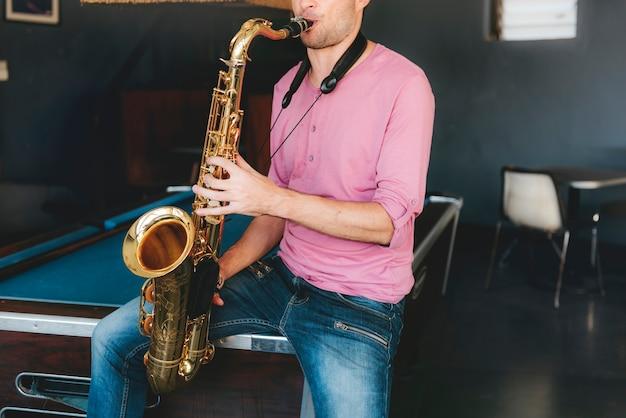 Um cara com seu saxofone