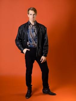 Um cara com uma camisa xadrez casual e uma jaqueta de couro, foto de estúdio