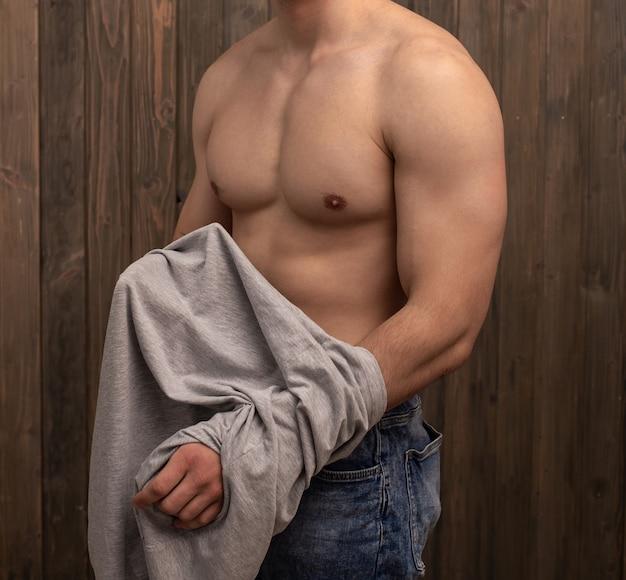 Um cara com uma figura atlética, com um torso nu irreconhecível cara com uma figura atlética, com um torso nu irreconhecível