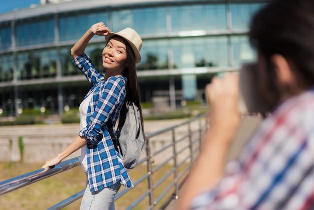 Um cara tira uma foto de uma linda garota