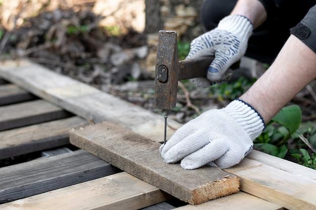 Um carpinteiro martelar um prego