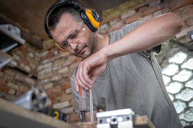 Um carpinteiro trabalha com ferramentas profissionais de marcenaria.