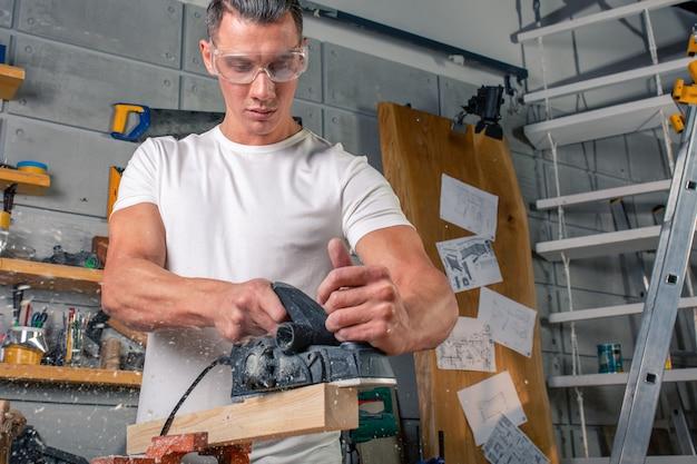 Um carpinteiro trabalha com madeira para máquinas-ferramenta