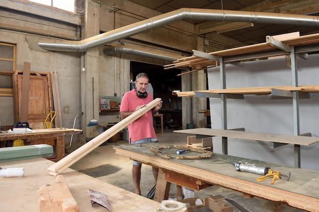 Um carpinteiro trabalhando em sua oficina