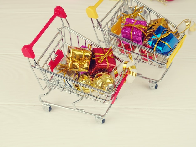 Um carrinho cheio de presentes, a concepção de presentes de natal e compras, o conceito de compras on-line