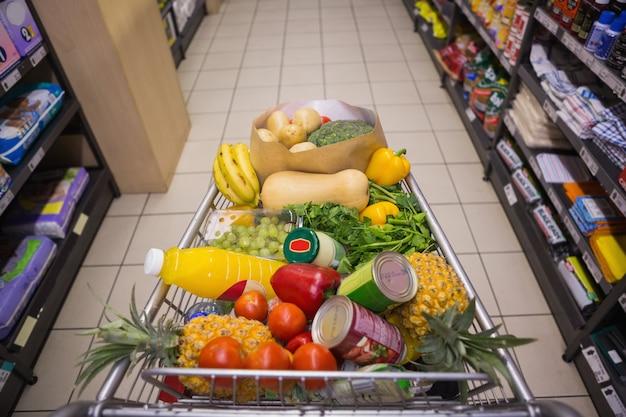 Um carrinho com comida saudável